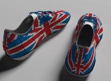 Chaussures de course de sport avec des dentelles ricanements en couleurs de drapeau de nation de l'Angleterre illustration stock