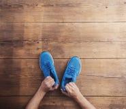 Chaussures de course sur le plancher Photographie stock libre de droits
