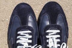 Chaussures de course sur ses pieds Photographie stock