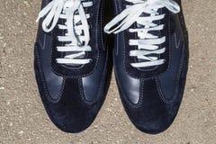 Chaussures de course sur ses pieds Photos stock