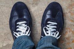 Chaussures de course sur ses pieds Photo libre de droits