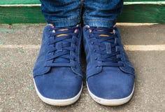 Chaussures de course sur ses pieds Images stock