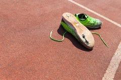 Chaussures de course vertes cassées Photos stock