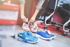 Chaussures de essai de femme dans le magasin Photo libre de droits