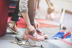 Chaussures de essai de femme dans le magasin Images libres de droits