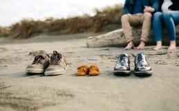 Chaussures de famille dans le sable images libres de droits
