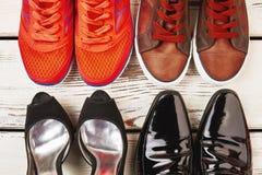 Chaussures de famille sur le fond en bois Images stock