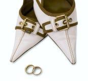 Chaussures de femme avec des boucles d'isolement sur le blanc Image stock