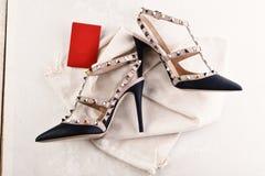 Chaussures de femme de couleur avec des épines Chaussures de style de roche photographie stock