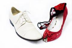 Chaussures de femme et d'homme avec des culottes de femme là-dessus Photographie stock libre de droits
