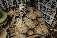 Chaussures de filasse, tissées de la filasse, chaussures à la maison d'ethno image stock