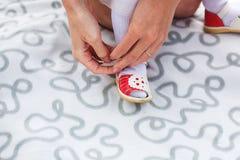 Chaussures de fille de robe de mère photos libres de droits