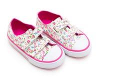 Chaussures de ` de filles en fleurs et couleur rose sur un fond blanc La Floride Images stock