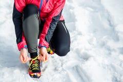Chaussures de fonctionnement et de sport de laçage de femme Fin sportive de chaussures  Motivation de forme physique et concept s images libres de droits