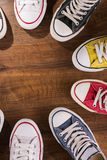 Chaussures de gymnase multicolores de la jeunesse sur le plancher Photographie stock libre de droits