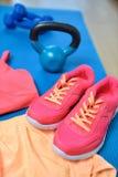 Chaussures de gymnase - plan rapproché d'équipement de forme physique avec le kettlebell Photos stock