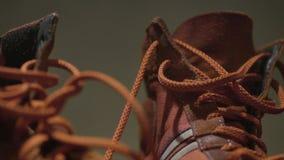 Chaussures de gymnase rouges Rétro espadrilles rouges Paires d'espadrilles pendant la vie quotidienne Image libre de droits