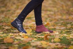 Chaussures de jambes de différentes couleurs images stock