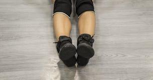 Chaussures de jazz Chaussures noires sur des jambes du ` s de femmes Chaussures de danse Snea noir Photographie stock