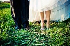 Chaussures de jeune mariée et de marié images libres de droits