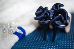 Chaussures de jeune mariée et robe de mariage Photographie stock libre de droits