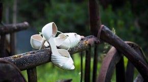 Chaussures de jeune mariée sur la voiture rustique Photo stock