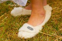 Chaussures de jour du mariage de jeune mariée Photographie stock libre de droits