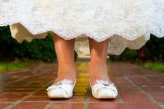 Chaussures de jour du mariage de jeune mariée Images stock