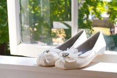 Chaussures de jour du mariage de jeune mariée Photos libres de droits