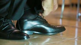 Chaussures de laçage d'homme clips vidéos