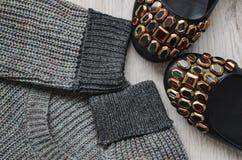Chaussures de laine du ` s de pull molletonné et de femmes photo libre de droits