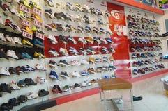 Chaussures de magasin de chaussures sur l'affichage images libres de droits