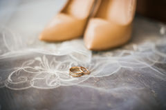 Chaussures de mariée et boucles de mariage Photo libre de droits