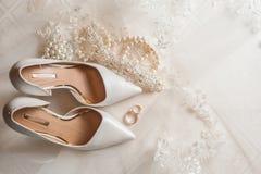 Chaussures de mariée et boucles de mariage Images stock