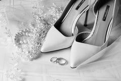 Chaussures de mariée et boucles de mariage Image stock