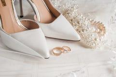 Chaussures de mariée et boucles de mariage Photos libres de droits