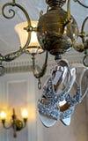 Chaussures de mariage accrochant sur un lustre Photographie stock