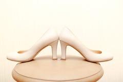 Chaussures de mariage avec des bagues de fiançailles Images libres de droits