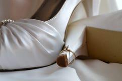 Chaussures de mariage avec la bague de fiançailles Photos stock