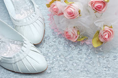 Chaussures de mariage avec le bouquet et les cristaux nuptiales Photographie stock