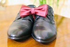Chaussures de mariage avec le papillon de lien Images libres de droits