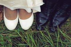 Chaussures de mariage des jeunes mariés dans l'herbe verte Photographie stock