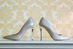 Chaussures de mariage et anneaux de mariage parmi eux Photos stock