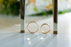 Chaussures de mariage et anneaux de mariage parmi eux Images libres de droits