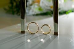 Chaussures de mariage et anneaux de mariage parmi eux Photo stock