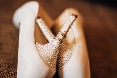 Chaussures de mariage sur le fond de piscine Image stock
