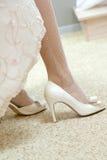 Chaussures de mariage sur leurs pieds Images stock