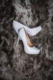 Chaussures de mariage sur un tapis images stock