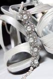Chaussures de mariées et collier - haut proche Photo stock