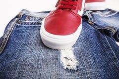 Chaussures de mode avec des chaussures Espadrilles et dentelles rouges avec des jeans sur un fond blanc Image stock